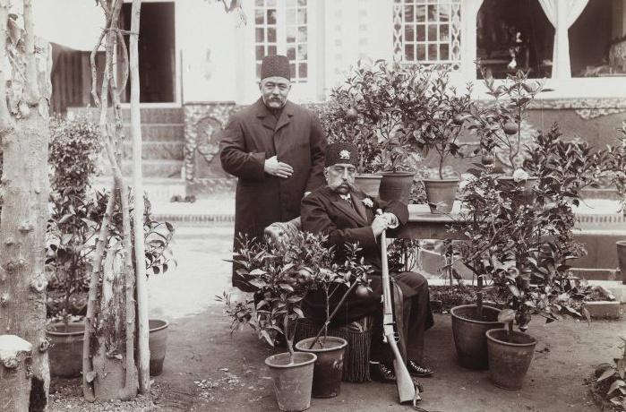 Mozaffar od-Din (ülve), a Kadzsar-dinasztia utolsó abszolutisztikus hatalommal bíró uralkodója. Miután aláírta az alkotmányt, a kadzsarok elvesztették a kontrollt Perzsia felett