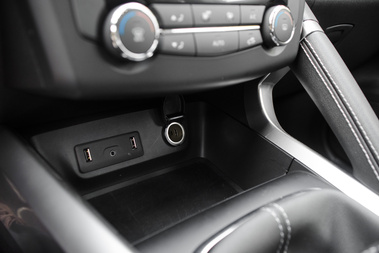 A két USB-csati és a Jack-dugó jön az érintőképernyővel. A második felszereltségi szintben 250 ezerért, afölött széria