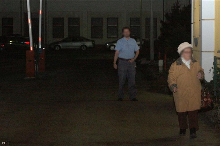 A Repülős Gizi néven elhíresült K. Sándorné elhagyja a Fejér Megyei Rendőr-főkapitányság fogdáját 2011. február 8-án este