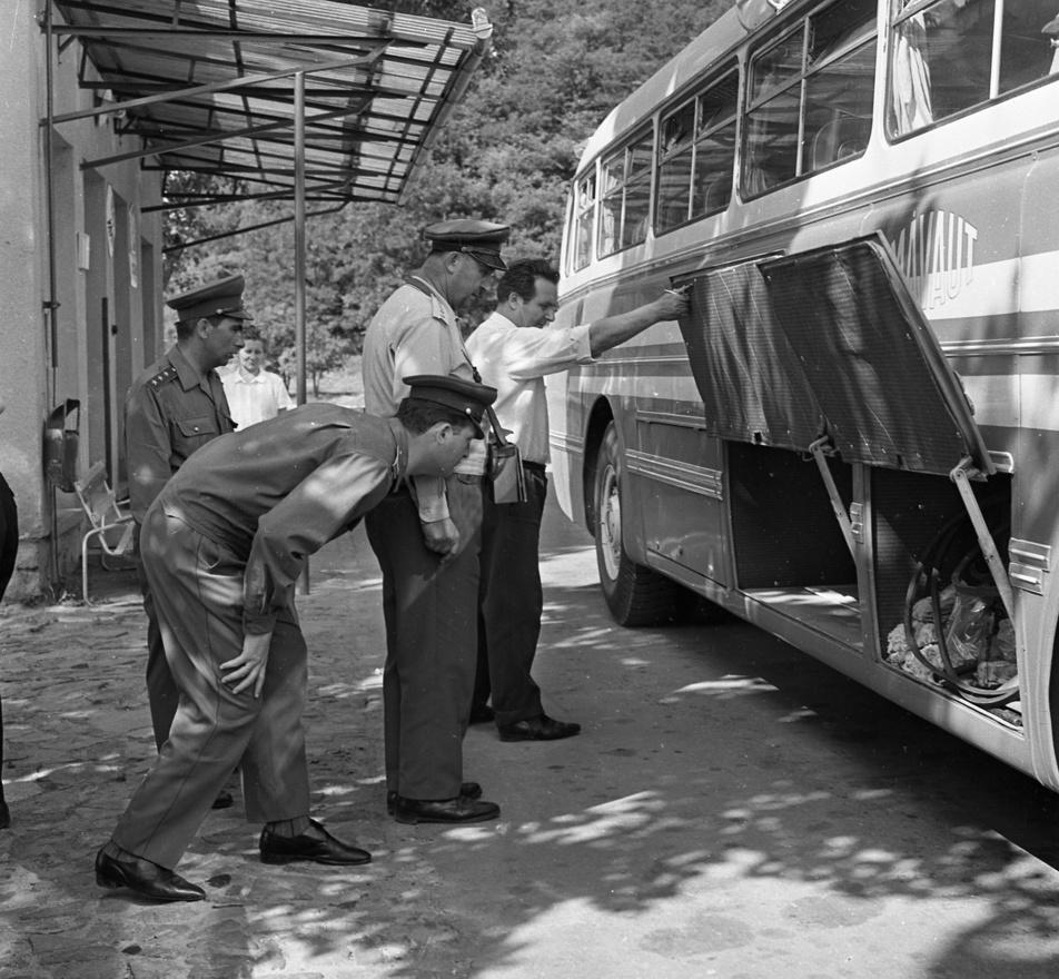 Az előző fotón látható határőrök a MÁVAUT buszát ellenőrzik. A MÁVAUT autóbuszközlekedési nemzeti vállalatot 1948-ban hozták létre, ebből lett később a Volán.