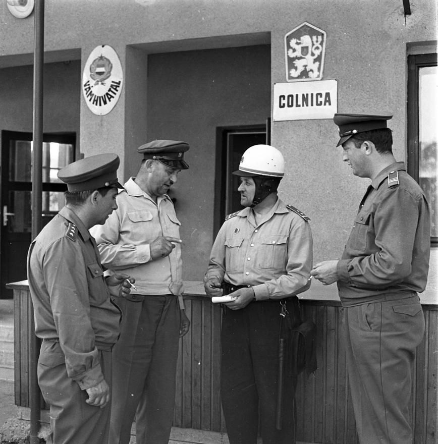 Határőrök és vámosok egyeztetnek 1969-ben Somoskőújfalun, mielőtt átvizsgálnak egy határra érkező turistabuszt.