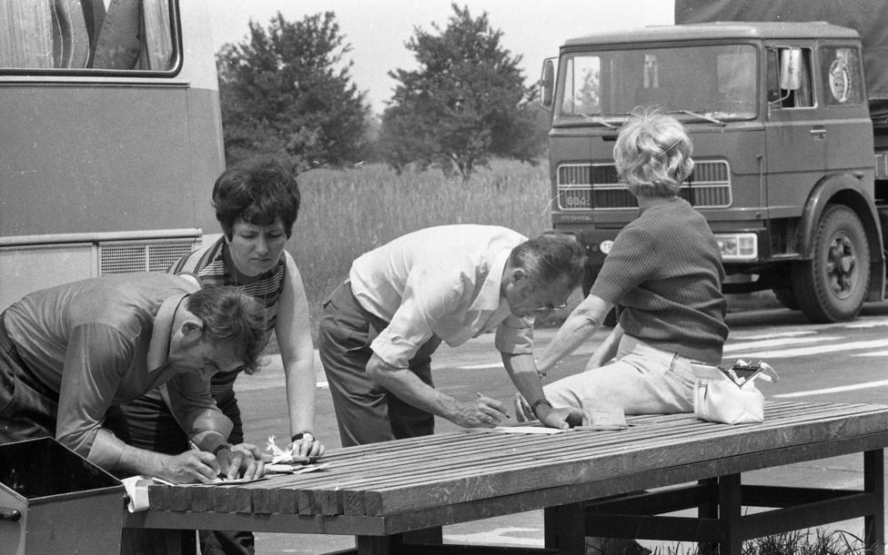 1978-ban, a röszkei fotó készítésének évében a Magyar Népköztársaság Elnöki Tanácsa rendeletben mondta ki, hogy törvényes jognak tekinthető az utazáshoz való jog, és egyre nagyobb tömegek indultak útnak. Az egyik legvonzóbb keleti célország Jugoszlávia volt, a Jugoszláviába utazó külföldiek 10-12 százaléka volt magyar állampolgár, olvasható a História folyóiratban. A határ 20 kilométeres körzetében élők számára az úgynevezett kishatárforgalom (személyi igazolvánnyal) lehetőséget jelentett az évi egy utazásnál sokkal gyakoribb, a nemzetiségek és anyanemzeteik közötti akár mindennapos és tömeges kapcsolattartásra.