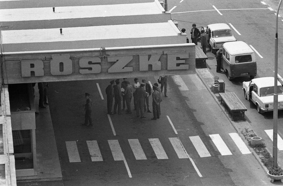 Idén nyár vége óta Röszke a hömpölygő menekültáradat és a kisvárossá kövéredett migránsgyűjtőpont képeivel került az újságok címlapjára, sőt, amikor László Petra operatőr  menekülteket gáncsolt el, a világ minden pontján megismerhették a csongrádi határváros nevét. 1978-ban (amikor ez a kép készült) még nyoma sem volt a szír, afgán és koszovói tömegeknek, a magyarok viszont piros útlevelükkel korlátozás nélkül látogathatták a baráti Jugoszláviát. Még 1965-ben kétfelé osztották az utazási célországokat, megkülönböztetve a barátinak tartott keleti és a nyugati utazásokat. Ha valaki a keleti blokkba akart utazni, akkor eleinte csak egy betétlapot kellett igényelni a személyi igazolványához, majd 1972-ben bevezették a piros útleveleket, amikkel még egyszerűbb lett az utazás: ezeket keletre évente egyszer külön kiutazási engedély nélkül lehetett használni.