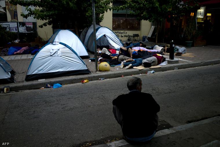 Menekültek pihennek Athén központjában