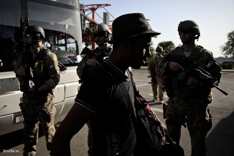 Menekültek szállnak az Ausztriába tartó buszokra a horvát-magyar határon