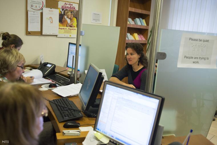 Egy nagycsaládos édesanya ügyet intéz 2014. október 31-én az Emberi Erőforrások Minisztériumának (Emmi) Szalay utcai központi ügyfélszolgálati irodájában