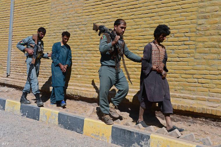 Az afgán védelmi erők kísérnek általuk elfogott tálib harcosokat