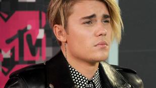 Justin Bieber úgy locsolta magába a piát a színpadon, mintha nem lenne holnap