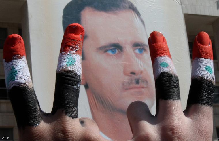 Aszad elnököt támogató szír a polgárháború kitörésekor.