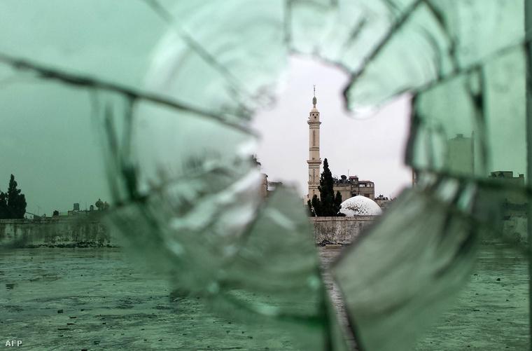 Homsz város minaretje, miután a felkelőket visszaverték a kormányerők a városból.