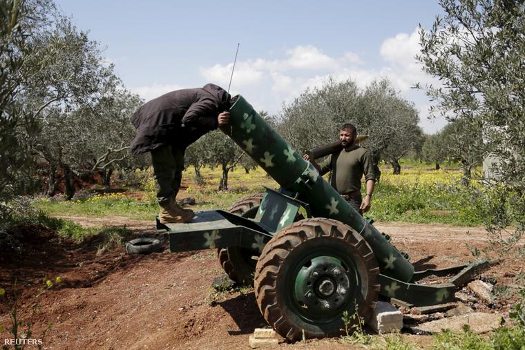 Egy felkelő vizsgálja meg a rakétakilövő ágyút Észak-Szíriában.