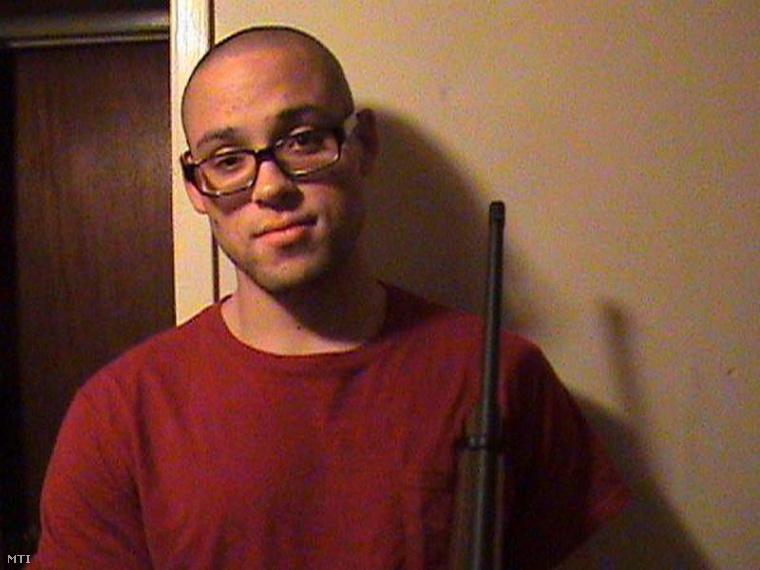 Christopher Harper-Mercer MySpace fiókján található dátummegjelölés nélküli kép Mercrerről amint egy fegyvert tart a kezében.