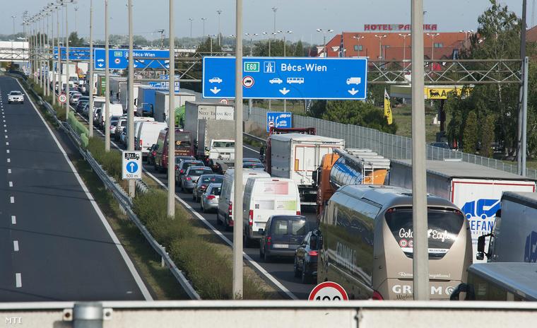 Feltorlódott járművek az M1-es autópálya Bécsbe vezető szakaszán Hegyeshalom közelében 2015. szeptember 16-án.
