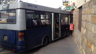 Postára akart menni a 16-os busz, de a posta zárva volt