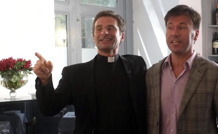 Monsignor Krzysztof Charamsa lengyel teológus (b) és spanyol melegjogi aktivista párja, Eduard, miután sajtótájékoztatót tartottak egy római étteremben 2015. október 3-án.