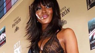 Maradt néhány apró rész Naomi Campbell testén, amit ruha fedett