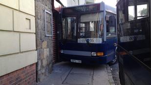 Tudja, miért nézett be a 16-os busz a postára?