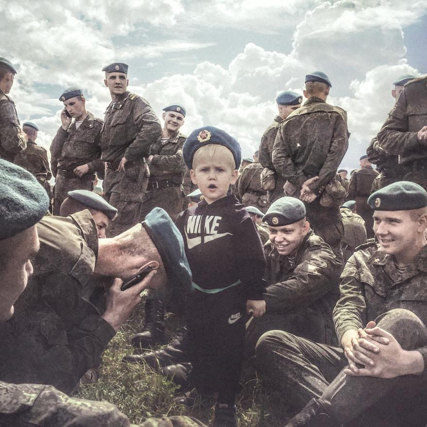 A pszkovi légidesszantos hadosztály tagjai a tiszteletükre rendezett ünnepségen. Sok katona a a családját is magával hozza az évente egyszer megrendezett parádéra.