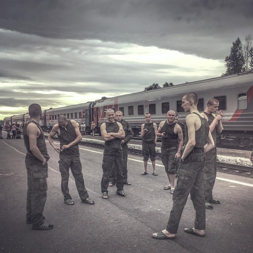 Fiatal katonák dohányoznak a vonatról leszállva a pszkovi régió egyik városának vasútállomásán.