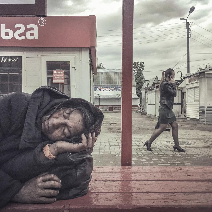 Hajléktalan nő alszik egy pszkovi buszmegállóban.