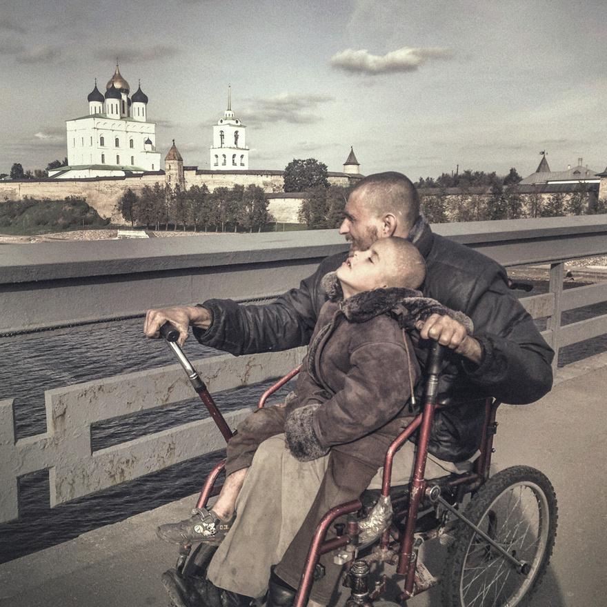 Apa és mozgássérült fia a pszkovi kremlt nézik. Nyáron minden nap körbejárták a várost, az emberek pedig pénzzel és egyéb adományokkal segítették őket.