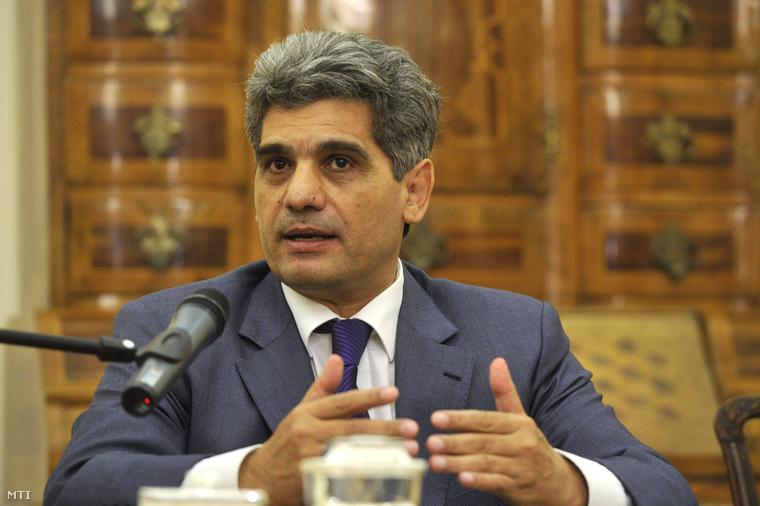 Farkas Flórián az Országos Roma Önkormányzat (ORÖ) elnöke a Martonyi János külügyminiszterrel közösen tartott sajtótájékoztatón akivel együttműködési megállapodást írt alá 2014. január 9-én.