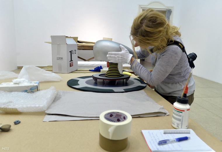 A Térdinamikai színház makettje című alkotást szereli össze egy munkatárs