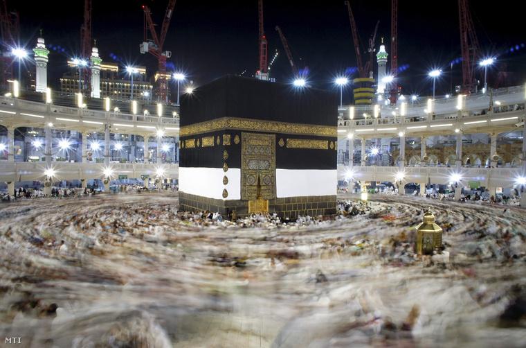 Muzulmán zarándokok imádkoznak a Nagymecset közepén álló Kába-szentély körül a szaúd-arábiai Mekkában 2015. szeptember 10-én.