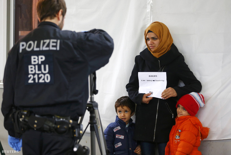 Egy menekültet regisztrálnak a németországi Freilassingban, 2015. szeptemberében.