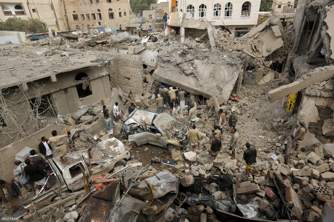 Szaudi bombázás nyoma Jemen fővárosának egyik lakónegyedében (2015. augusztus)