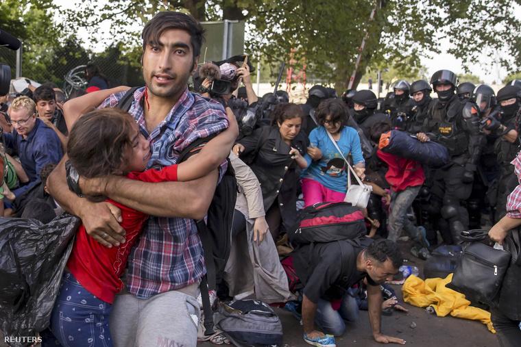 Menekültek és rohamrendőrök csapnak össze a röszkei határátkelőnél, a magyar-szerb határon, 2015. szeptember 16-án.