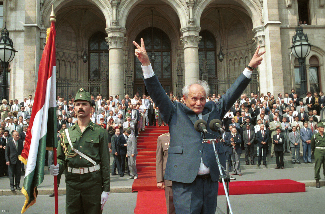 Köztársasági elnökként a győzelem jelével köszönti Göncz Árpád a Kossuth téren összegyűlt tömeget 1990 augusztusában.