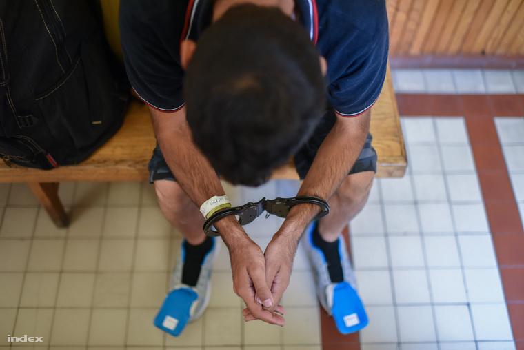 Illegális határátlépő várakozik a Szegedi Járásbíróságon,2015. szeptember 17-én.
