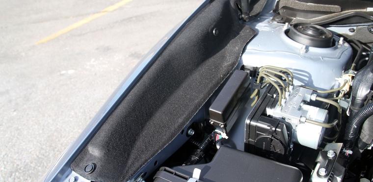 Igényes megoldás a motortér zajszigetelő filcbetétje. Ilyet még máshol nem igazán láttam.