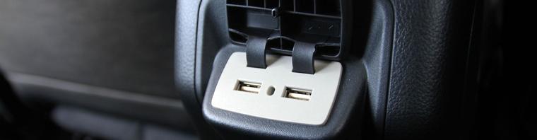 Hátra is jut két USB-port