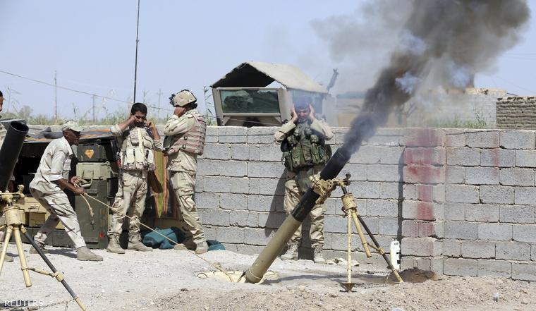 Iraki katonák harcolnak az Iszlám Állam fegyveresei ellen Anbar tartományban
