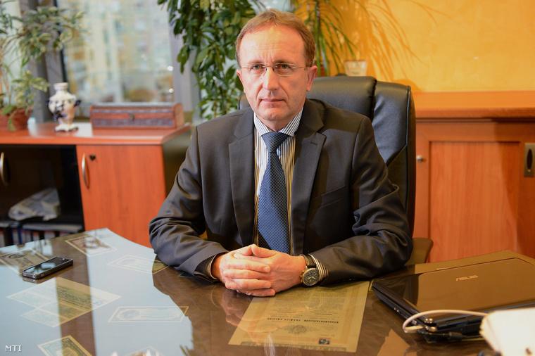 Szakács Tibor (2012.) az Új Piacok Kereskedőház Zrt. résztulajdonosa és vezérigazgatója valamint a Széchenyi Kereskedelmi Bank Zrt. vezérigazgatója.