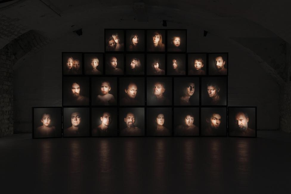 Ikonosztáz, lightbox installáció a Faur Zsófi                          Galériában