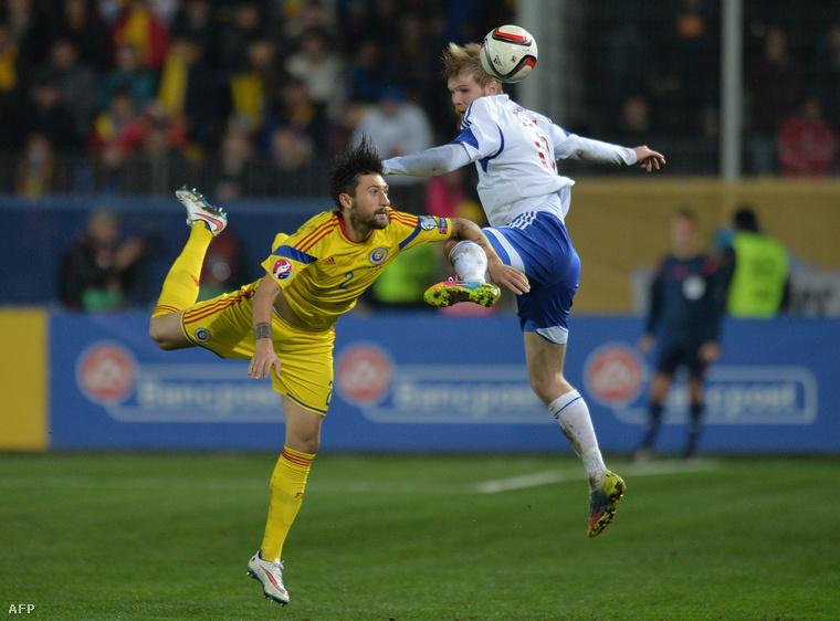 A román Paul Papp és a feröeri Odmar Faero a Románia - Feröer Európa-bajnoki selejtező mérkőzésen 2015. március 29-én.