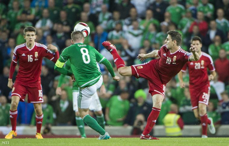 Nagy Ádám az ír Steven Davis és Gera Zoltán a labdarúgó Európa-bajnoki selejtezők F csoportjában játszott Észak-Írország - Magyarország mérkőzésen a belfasti Windsor Park Stadionban 2015. szeptember 7-én.