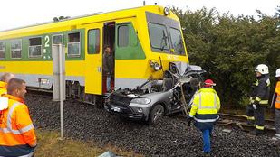 Halálos baleset: Száz méteren át tolta maga előtt a vonat az autót