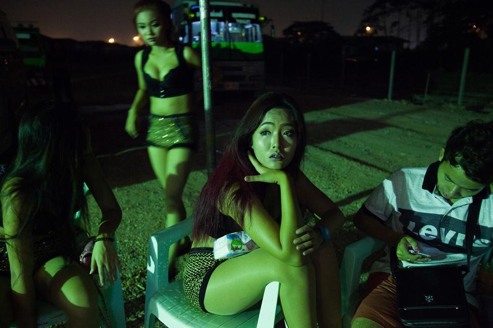 """Az ország egyik legnagyobb ilyen problémája a prostitúció. Bangkokban még ha nagyon próbálja is az ember, akkor sem lehet nem észrevenni az 40-es vagy inkább öregebb fehér férfiakat, akik 18-20, de talán fiatalabb thai lányokkal járkálnak a bárok között. Sokan kifejezetten a piroslámbás negyedek miatt utaznak Thaiföldre, és akkor még nem is beszéltünk a """"sexpatokról"""", azokról a nyugati férfiakról, akik az országba költözve kurvázzák el a megtakarításaikat. A szexipar 6,3 milliárd dolláros üzlet Thaiföldön, aminek igazából nem is a turisták a legnagyobb kliensei, hanem a thai férfiak, akiknek egy felmérés szerint a 90 százaléka volt már prostituálttal."""