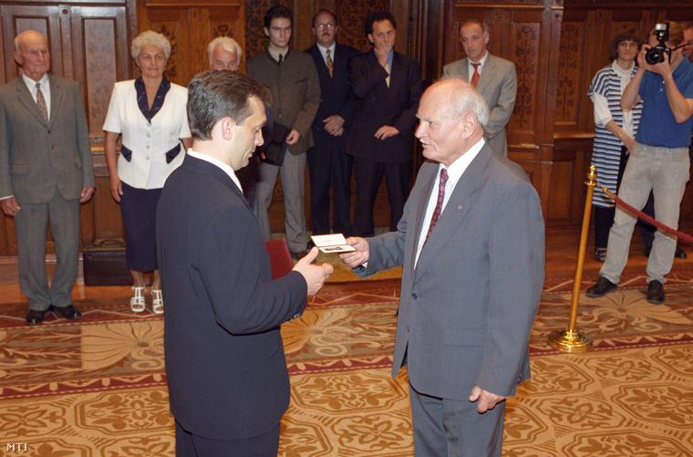 Átadja a miniszterelnöki igazolványt Orbán Viktornak 1998-ban. Orbán a negyedik magyar miniszterelnök volt, aki Göncz köztársasági elnöksége alatt esküt tett.