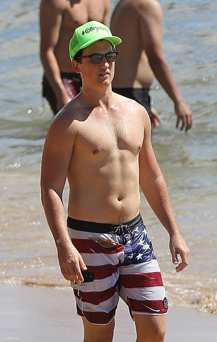 Miles Tellert utoléri a barátnője Hawaii egyik strandján