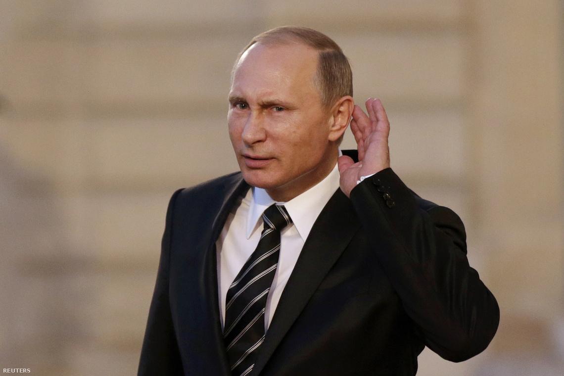 Putyin újságírói kérdéseket hallgat a párizsi látogatása közben