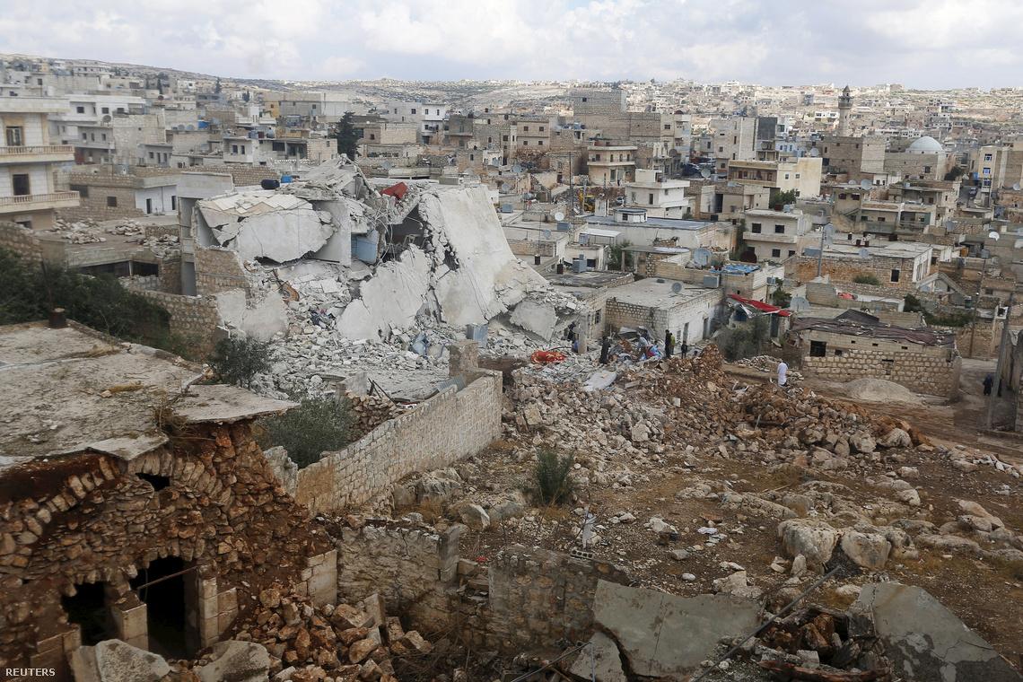Orosz bombázás nyoma Aleppo egyik elővárosában
