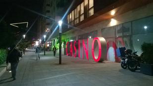 Andy Vajna corvinos kaszinójánál ritka értelmetlen reklám figyelhető meg