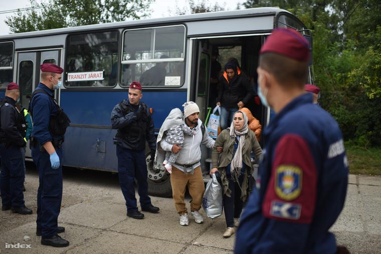 Menekültek Magyarbólynál a szerb-magyar határ lezárását követően
