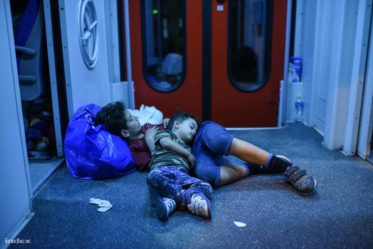 Mnekült gyerekek egy Horvátországból Magyarországra tartó vonaton, szeptember 18-án