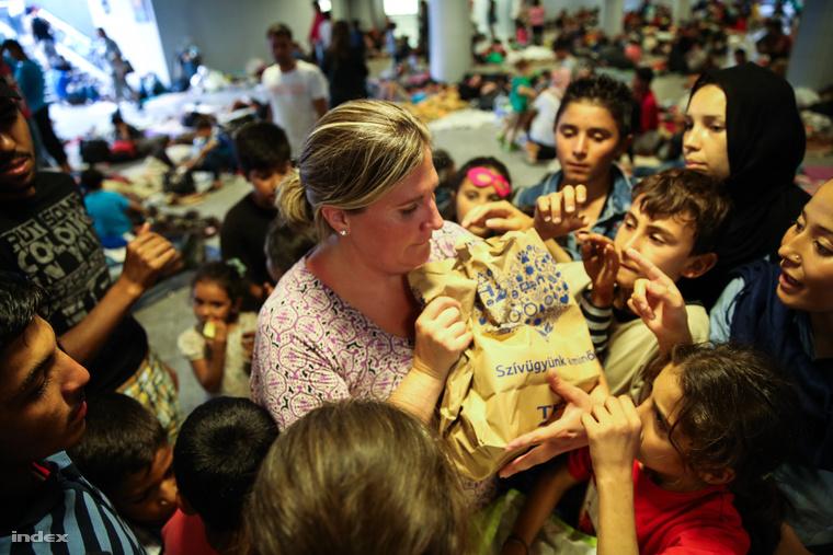 Önkéntes oszt élelmiszert a keleti pályaudavr tranzitzónájában, szeptember 3-án